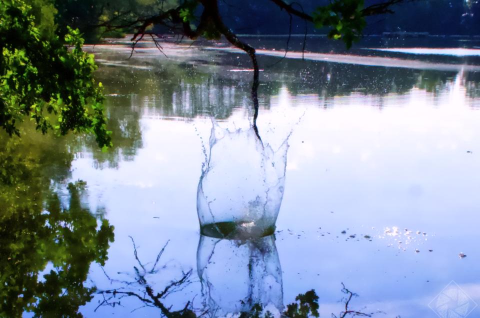 Kombiniere Stein mit Wasseroberfläche